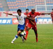 图文:[中超]重庆1-1上海 拼尽全力