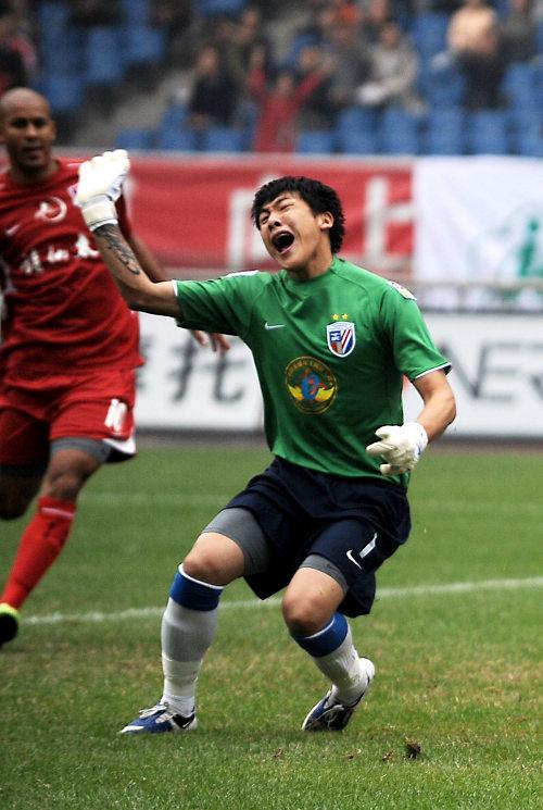图文:[中超]重庆1-1上海 王大雷愤怒