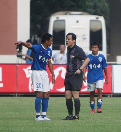 图文:[中超]广州0-0青岛 徐亮与主裁判争执