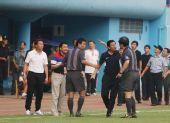 图文:[中超]广州0-0青岛 主裁判回击沈祥福