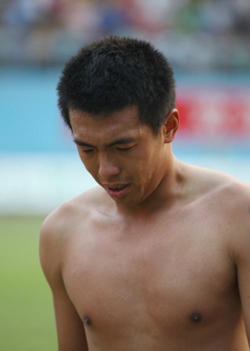 图文:[中超]广州0-0青岛 徐亮脱衣走下赛场