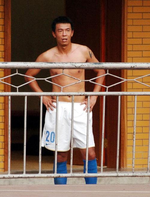 图文:[中超]广州0-0青岛 徐亮光膀子场边观战