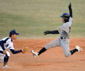 图文:棒球第二阶段广东战胜北京 崔晓抢垒未果
