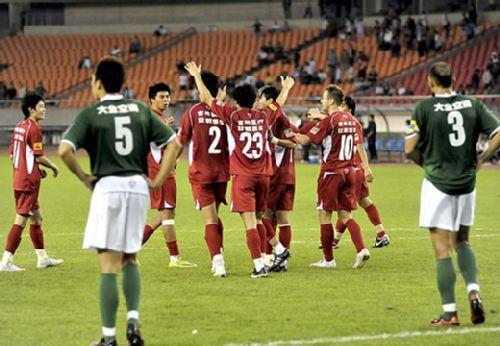 图文:[中超]杭州1-3长春 亚泰球员欢呼庆祝