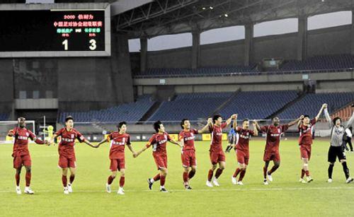 图文:[中超]杭州1-3长春 亚泰队答谢球迷