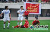 图文:[中超]河南2-1天津 姜坤倒地