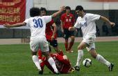 图文:[中超]河南2-1天津 徐洋遭遇夹击
