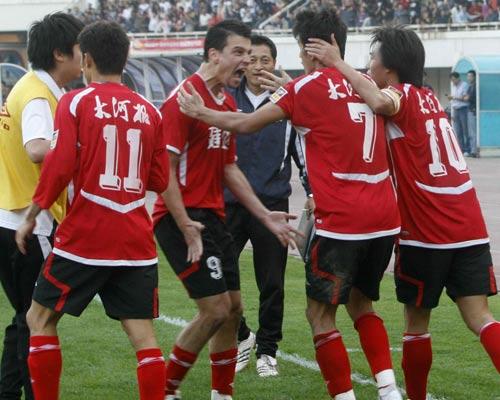 图文:[中超]河南2-1天津 怒吼庆祝