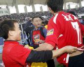 图文:[中超]河南2-1天津 球迷抢夺肖智球衣