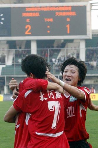 图文:[中超]河南2-1天津 赵鹏祝贺肖智