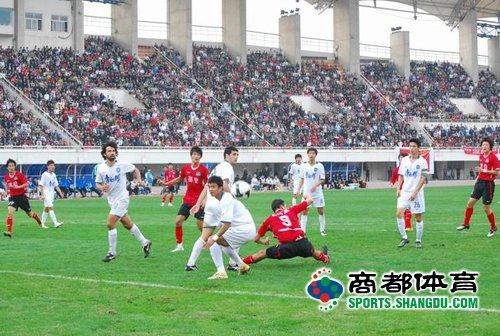图文:[中超]河南2-1天津 门前一片混乱