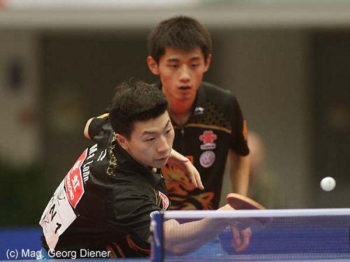 图文:国乒男团3-0中国香港 马龙网前搓球