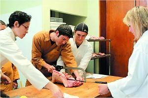 男学员在力量上有优势,杀起猪来相对容易一些。