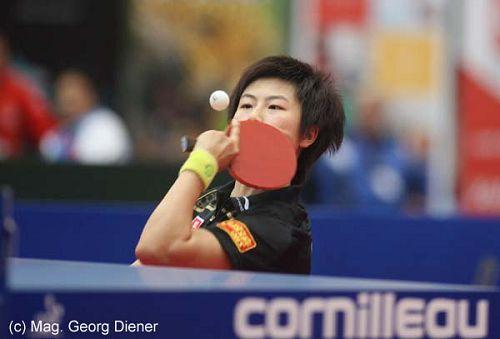 图文:国乒女团3-1逆转中国香港 蹲地反手回球