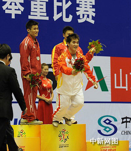 获得冠军的解放军选手苏达金,在接受鲜花后立刻冲下奖台。 王勇 摄.jpg