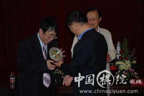 刘思明为聂卫平颁奖