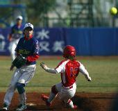 图文:女子垒球广东队晋级决赛 成功上垒