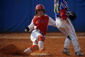 图文:女子垒球江苏负广东 白雪在比赛中上垒