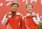 图文:帆船帆板颁奖仪式 于春燕展示奖牌