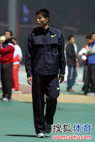 图文:刘翔脱掉外套最后热身 史冬鹏神情平静
