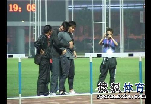 刘翔热身遭陌生男强抱