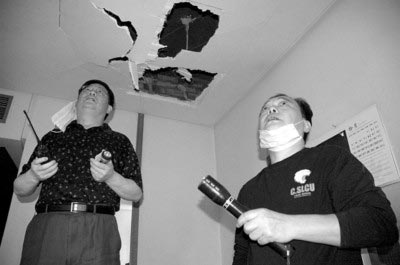 中国驻伊拉克大使馆工作人员检查馆舍被爆炸损毁的情况。