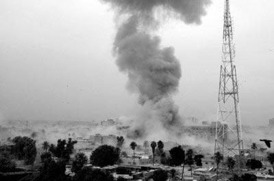 巴格达市中心遭遇袭击后升起滚滚浓烟。