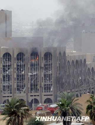 10月25日,伊拉克首都巴格达的司法部大楼附近浓烟滚滚。新华社/法新