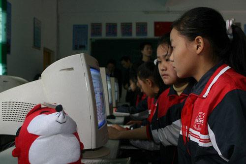 孩子们体验新电脑