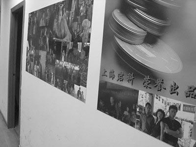罗城路影视基地2楼,君科公司搬迁后,墙上只留下了宣传画