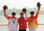 图文:男子单人皮艇1000米 颁奖仪式上高举鲜花