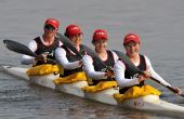图文:女子四人皮艇500米 四川队选手驾船返回