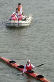 图文:皮划艇冠军选手跳水庆贺 虚惊一场