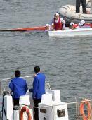 图文:皮划艇冠军选手跳水庆贺 爬上救援船只