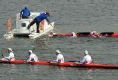 图文:皮划艇冠军选手跳水庆贺 及时营救