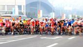 图文:自行车男子公路个人赛 选手在比赛中出发