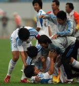 图文:男足16岁以下组季军争夺赛 制胜一球