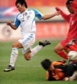 图文:男足16岁以下组季军争夺赛 门前进攻