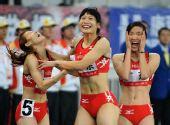 图文:女子4X400米接力广东队夺冠 喜从天降