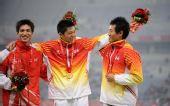 图文:男子三级跳远颁奖仪式 前三名互相祝贺