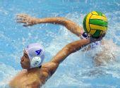 图文:水球男子半决赛广东胜广西 王洋在比赛中