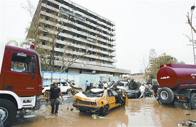 人们在伊拉克首都巴格达清理爆炸现场