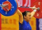 图文:第11届全运会举重之最 管新蕾比赛中