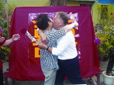 婚礼上,向长武、李玉珍两位老人当众激情拥吻。记者李小军 摄