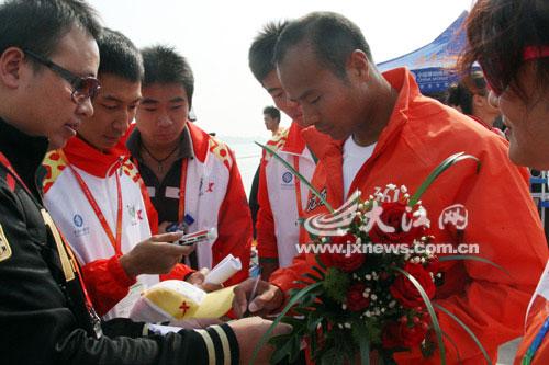 杨文军(右)被众人围住索要签名