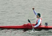 图文:男子单人皮艇500米周鹏夺冠 兴奋庆祝