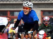图文:女子自行车公路个人赛 冠军赵娜最后冲刺