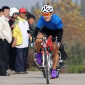 图文:女子自行车公路个人赛 赵娜奋力前进