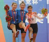 图文:自行车女子公路个人赛颁奖 前三名搞怪