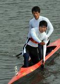 图文:男子双人划艇500米 冠军选手驾艇驶回